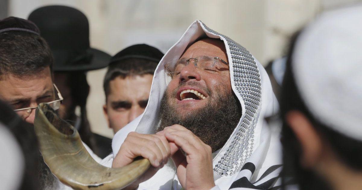 Хасиди під час святкування іудейського нового року Рош а-Шана в Умані. Щороку в Умані збираються прихильники іудейської течії хасидизму, оскільки в цьому місті на єврейському кладовищі похований Раббі Нахман - засновник брацлавського хасидизму. Його могила вважається одним із найбільш шанованих місць для паломників-хасидів. @ УНІАН