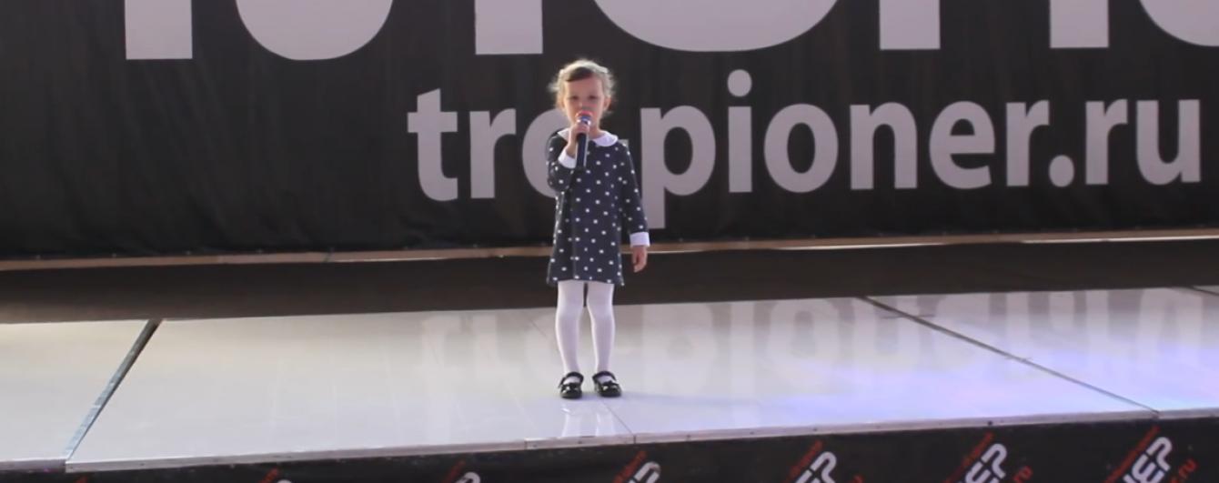 Менше червоної ікри. 4-річна дівчинка потролила олігархів РФ віршем про низьку пенсію бабусі