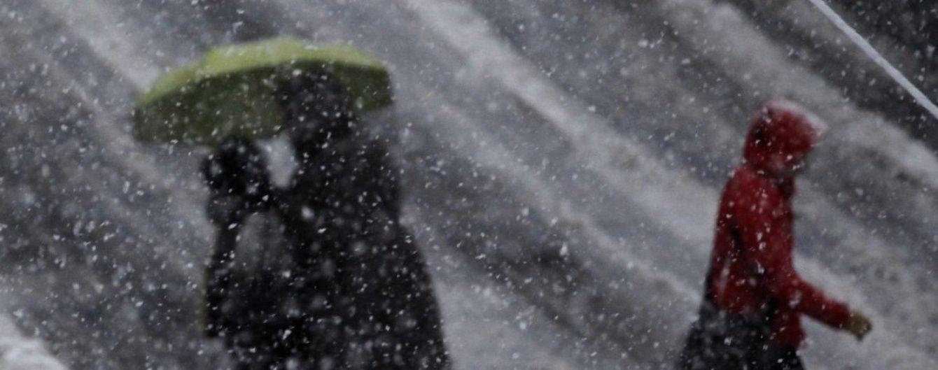 В Україну посеред осені увірветься зимова погода: різко похолодає, заливатимуть дощі та йтиме сніг