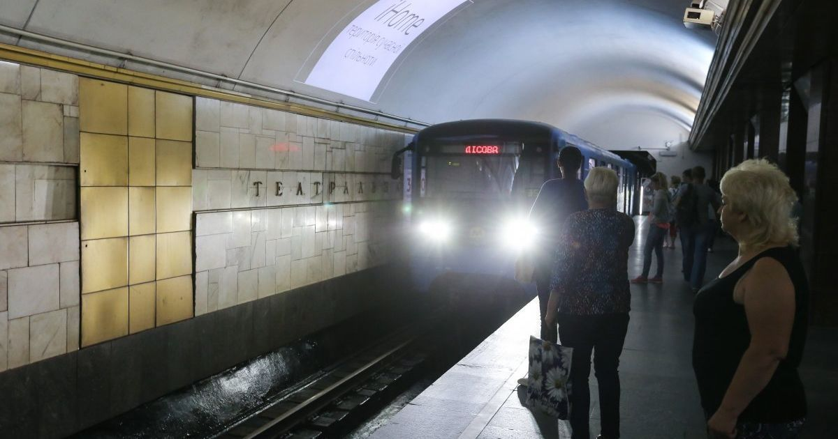 В Киеве в метро на рельсы упал человек: движение одной из веток приостанавливали