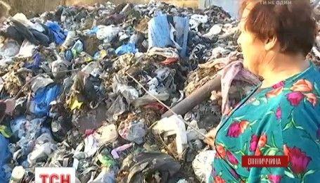 У Вінницькій області активісти заблокували фури з 240 тон незаконно завезеного львівського сміття