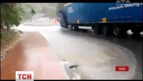 Сильний дощ завдав збитків мешканцям Львова
