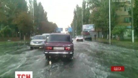 После получасового ливня улицы Одессы затопило