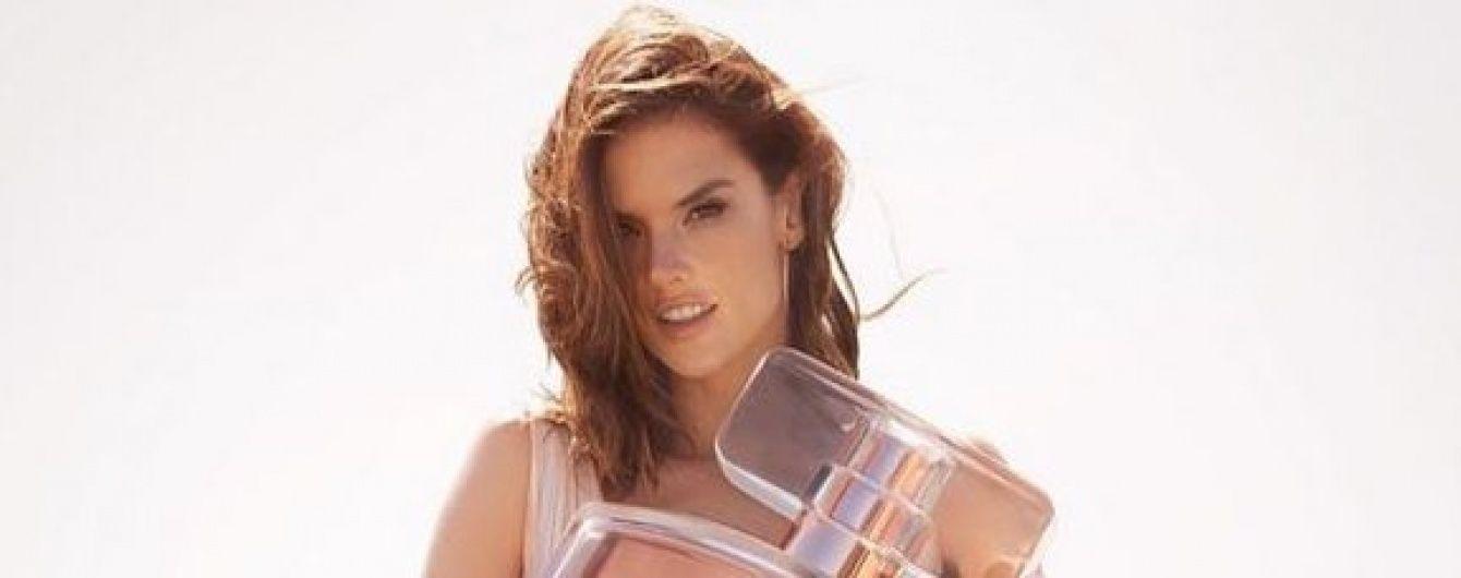 Алессандра Амбросио в платье с откровенным декольте рекламирует свой парфюм