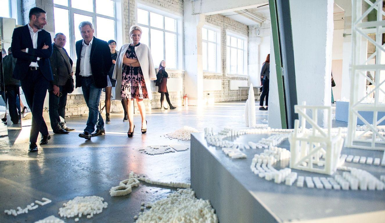 """Гості церемонії нагородження стали учасниками арт-експозиції """"Цукрова демократія"""""""
