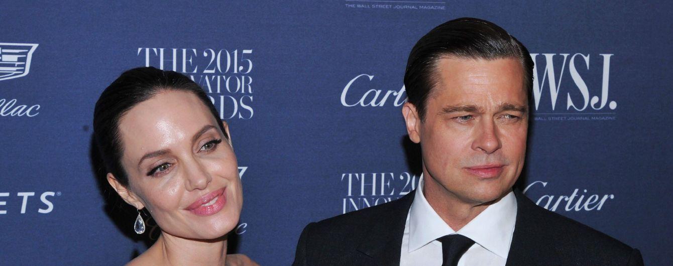 Суд пригрозив Джолі позбавленням опіки, якщо вона не дозволить Пітту бачитися з дітьми