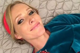 Грайлива Катерина Осадча похизувалася оголеною спиною у пікантному костюмі