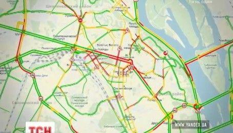 Затяжний дощ став причиною заторів на дорогах Києва