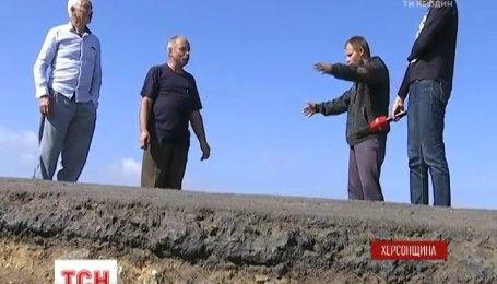Жителі села на Херсонщині вимагають відремонтувати зруйновану трасу, яка відділяє їх від світу