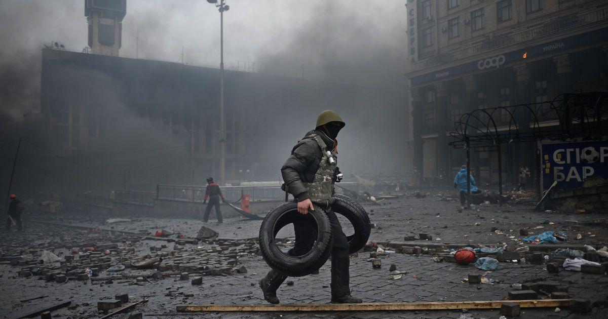 Годовщина Огнекрещения: потасовка с силовиками и попытка поджога шин в центре Киева