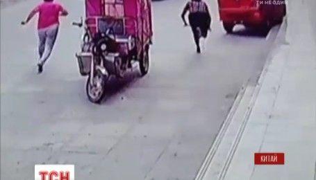В Китае мальчик, которого оставили в машине, завел авто и уехал