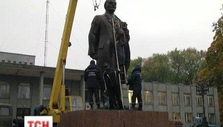 На Чернігівщині звалили останній пам'ятник Леніну на підконтрольній Україні території
