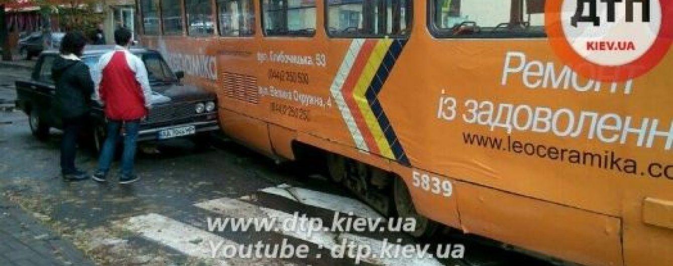 У столиці трамвай зійшов із рельсів та пошкодив авто