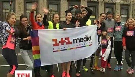 Под дождем, но в прекрасном настроении: тысячи бегунов приняли участие в Киевском международном марафоне
