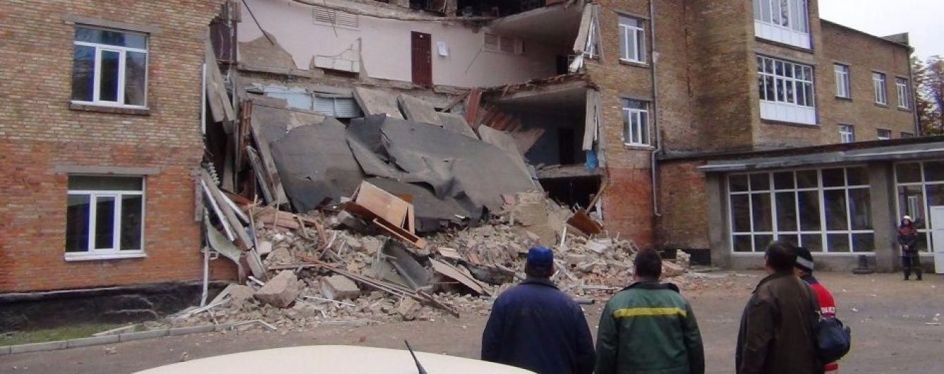 Два года после обвала школы в Василькове: новое здание есть только на бумаге, а вместо него - сорняки и камни