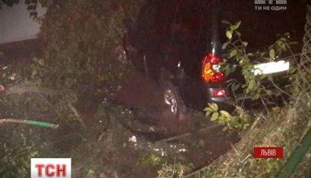 Во Львове водитель сбил двух пешеходов на тротуаре