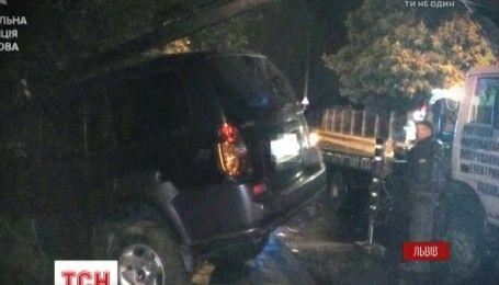 У Львові водій збив двох пішоходів на тротуарі