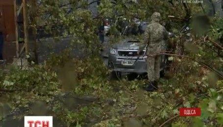 Двоє загиблих, 5 травмованих, повалені дерева та крани: Одеса страждає від шторму