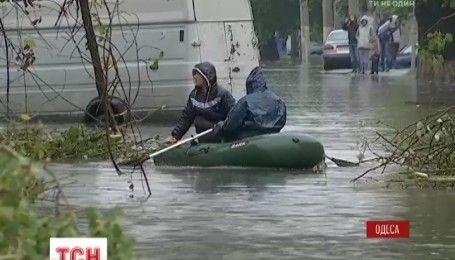 Последствия непогоды: дождь в Одессе залил десятки улиц и заблокировал движение к одному из районов