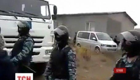 Перевернутая мебель, дети в слезах: в сети появилось видео обысков крымских татар силовиками ФСБ