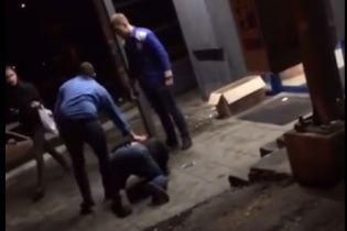 Охоронці київського супермаркета жорстоко побили чоловіка ногами через крадіжку товару