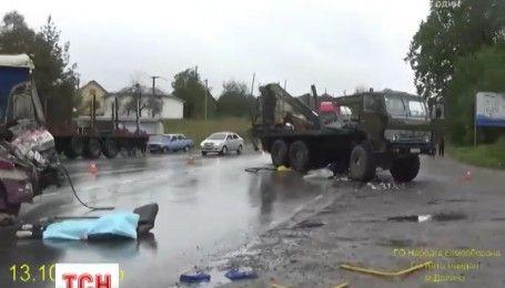 На Прикарпатье лесовоз столкнулся с рейсовым автобусом: один человек погиб, 15 травмированы
