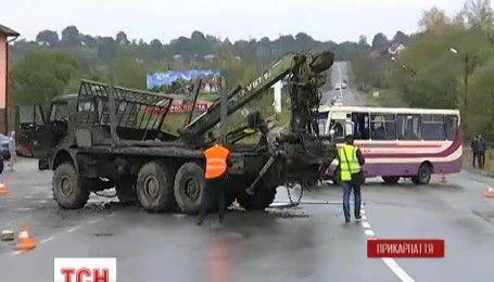 На Прикарпатье столкнулись лесовоз и рейсовый автобус, есть погибшие