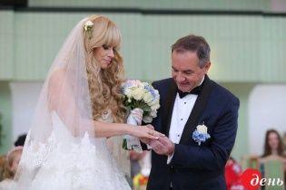 """Мэр Глухова после женитьбы летит с молодой женой на """"медовый месяц"""" за океан"""