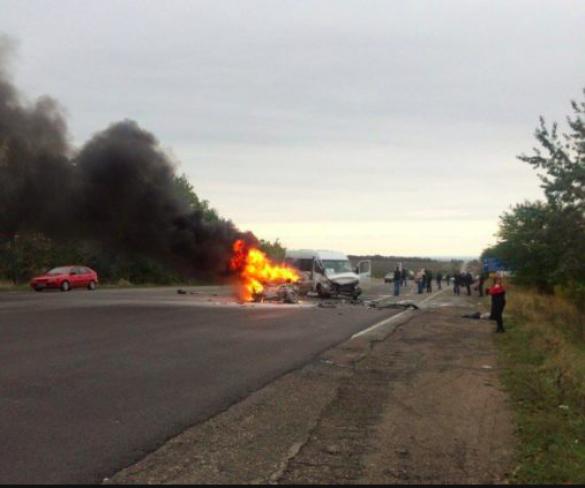 Вогонь і шматки металу: на Одещині авто із футболістами зіткнулося із Daewoo Lanos _1
