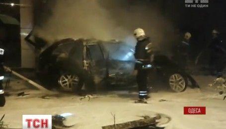 В Одессе вспыхнула автозаправка после того, как в нее врезался BMW