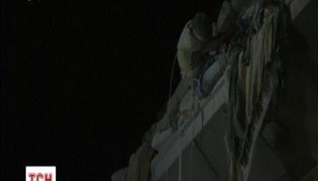В Сирії врятували хлопчика, який застряг на розбомбленій будівлі