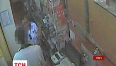Деньги и настойку боярышника: в Одессе задержали аптечного вора