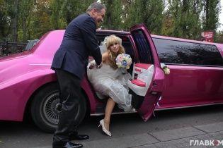 """Ложка дегтя в """"медовый месяц"""". Неизвестные сожгли авто новоиспеченной жены мэра Глухова"""