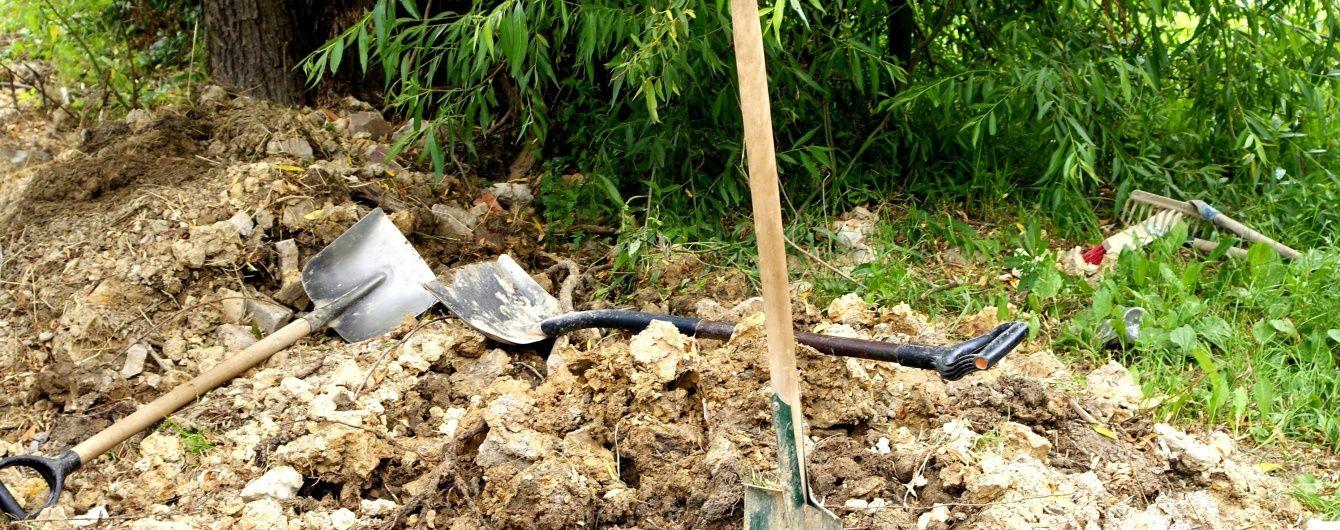 У Києві чоловік загорнув у ковдру тіло своєї співмешканки і закопав біля озера