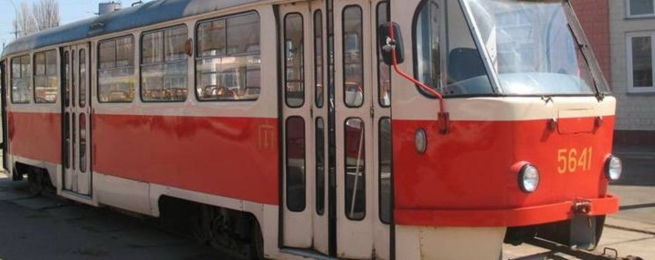 У київському трамваї безбілетник погрожував пістолетом контролерам