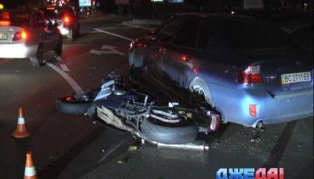 В столице ночную дорогу не поделили Subaru и мотоцикл