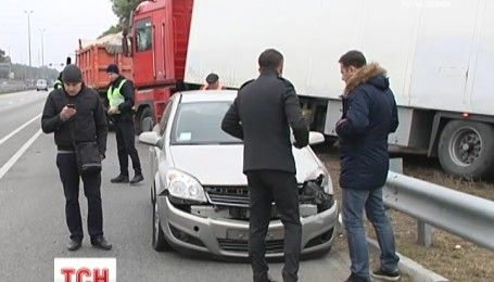 Автотроща на під'їзді до Києва: зіштовхнулось 5 авто