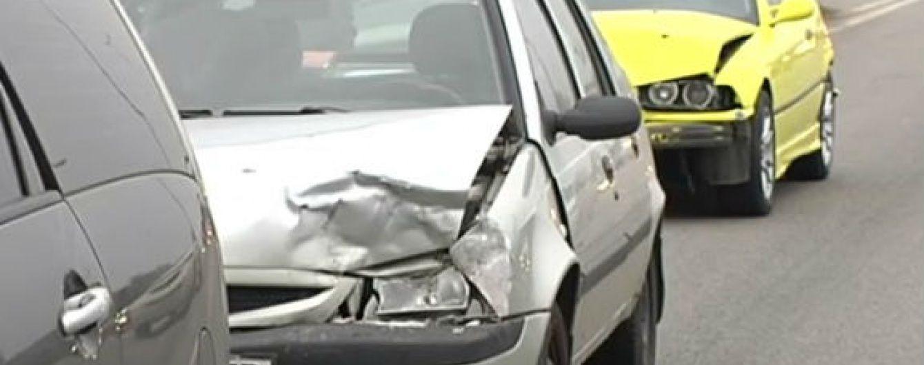 BMW спровокувало зіткнення 5 автівок на Житомирській трасі