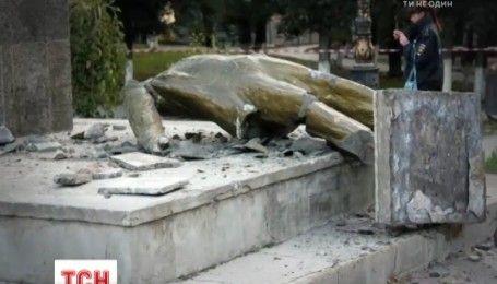 В Судаке неизвестные повалили памятник Ленину