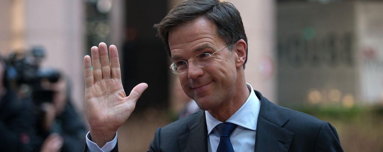 Прем'єр Нідерландів здивував прибиральниць, коли власноруч вимив підлогу в парламенті