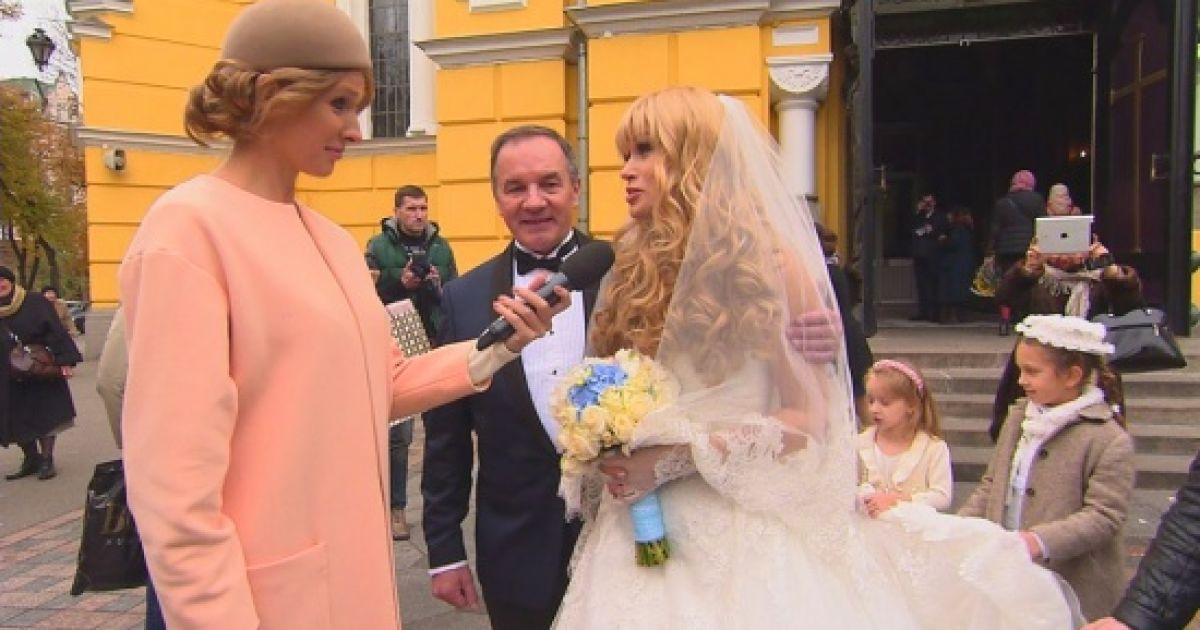 Мер Глухова із дружиною пояснили, чому обрали екстравагантне авто для весілля