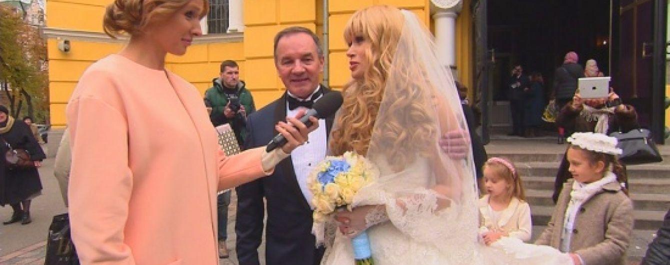 Мэр Глухова с женой объяснили, почему выбрали экстравагантное авто для свадьбы