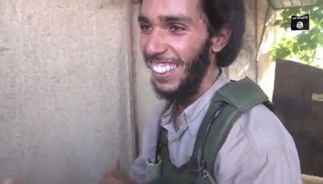 """В Сети появилось видео, как боевик """"ИГ"""" безумно радуется случаю стать смертником"""
