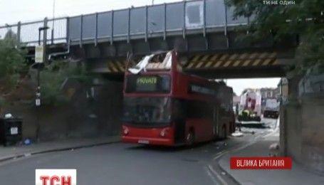 В Лондоне 2-этажный автобус врезался в железнодорожный мост, есть пострадавшие
