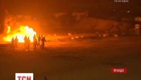 В мигрантском лагере на севере Франции произошли столкновения между нелегалами и полицией