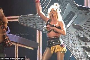 Брітні Спірс ледь не загубила ліфчик під час виступу