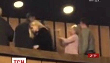 У Дніпрі театралка вдарила глядача молотком по голові