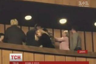 Поліція затримала жінку, яка півроку тому в театрі в Дніпрі вдарила молотком по голові АТОвця