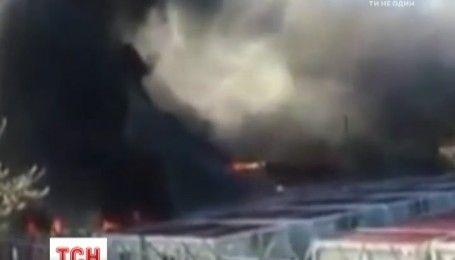 В Греции беженцы подожгли и забросали камнями миграционное агентство