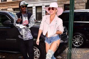 Леди Гага в откровенном мини продемонстрировала целлюлит